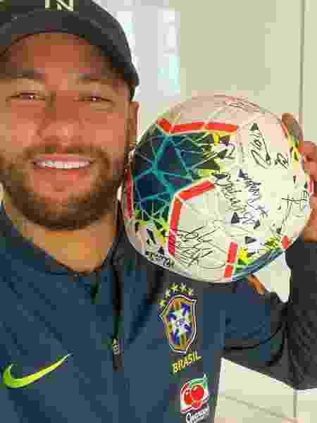 Neymar compartilhou foto com a bola do hat-trick contra o Peru - Reprodução / Instagram
