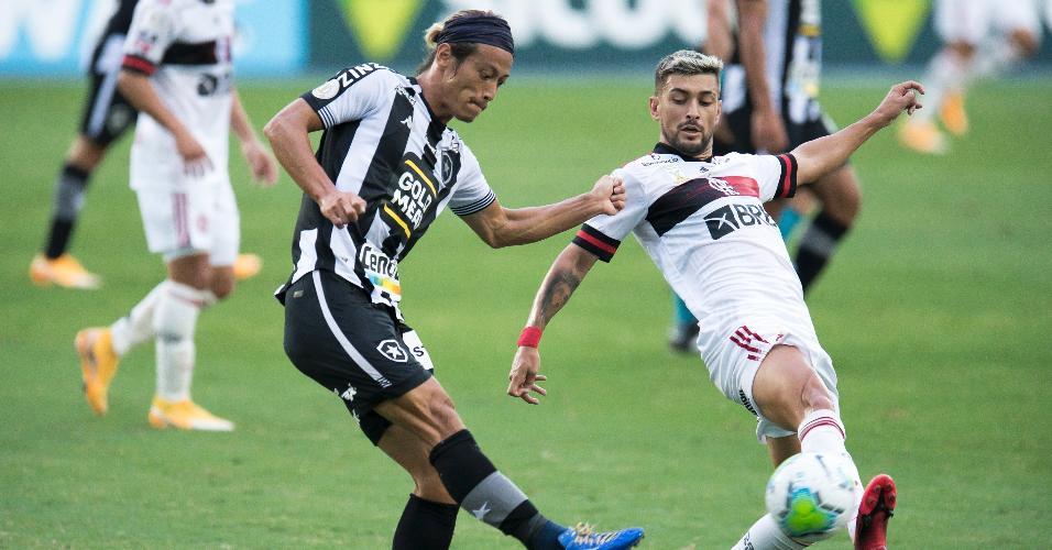 Honda e Arrascaeta disputam bola em Botafogo x Flamengo, jogo do Brasileirão