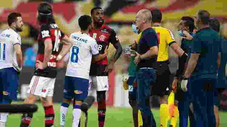 Gerson discute com Mano Menezes em Flamengo x Bahia, jogo do Brasileirão -  Jorge Rodrigues/AGIF -  Jorge Rodrigues/AGIF