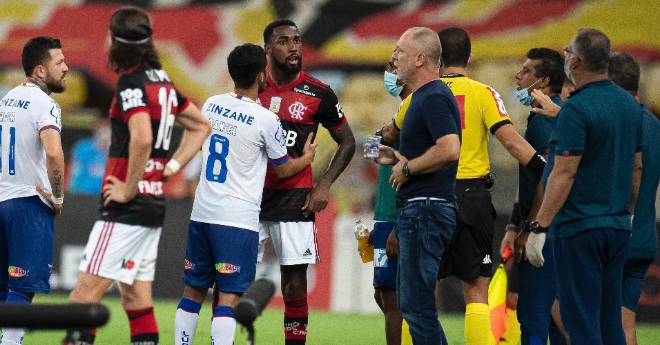 Gerson discute com Mano Menezes em Flamengo x Bahia, jogo do Brasileirão