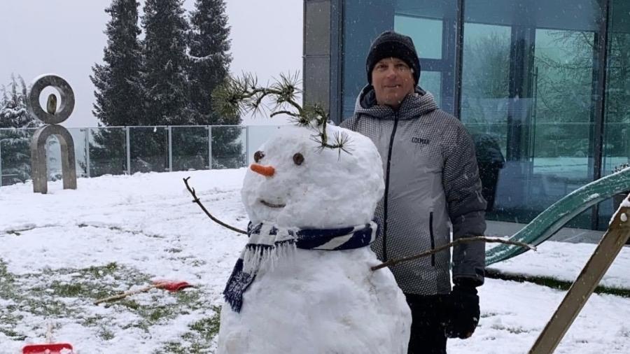 Kimi Raikkonen posa ao lado de boneco de neve na sua casa, na Suíça - Reprodução/Instagram