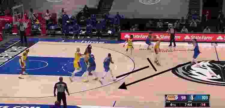 Finney-Smith poderia fazer o corta-luz fora da bola para Doncic - Reprodução/NBA - Reprodução/NBA