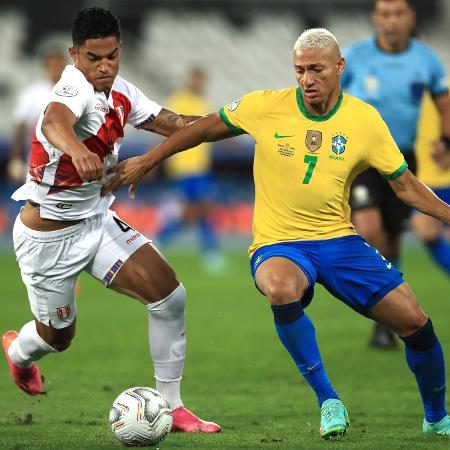 Richarlison tenta drible sobre jogador do peru em jogo do brasil - Buda Mendes/Getty Images