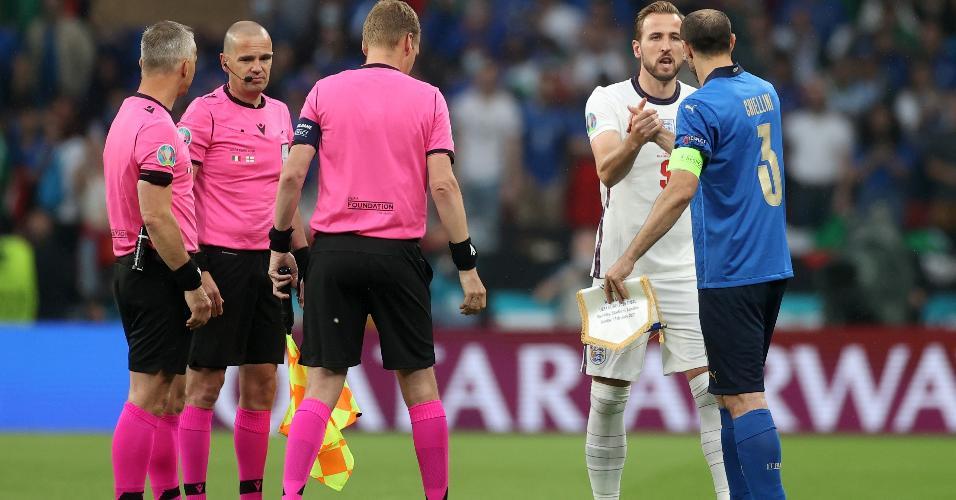 Harry Kane e Chiellini, capitães de Inglaterra e Itália, se cumprimentam antes da decisão da Eurocopa