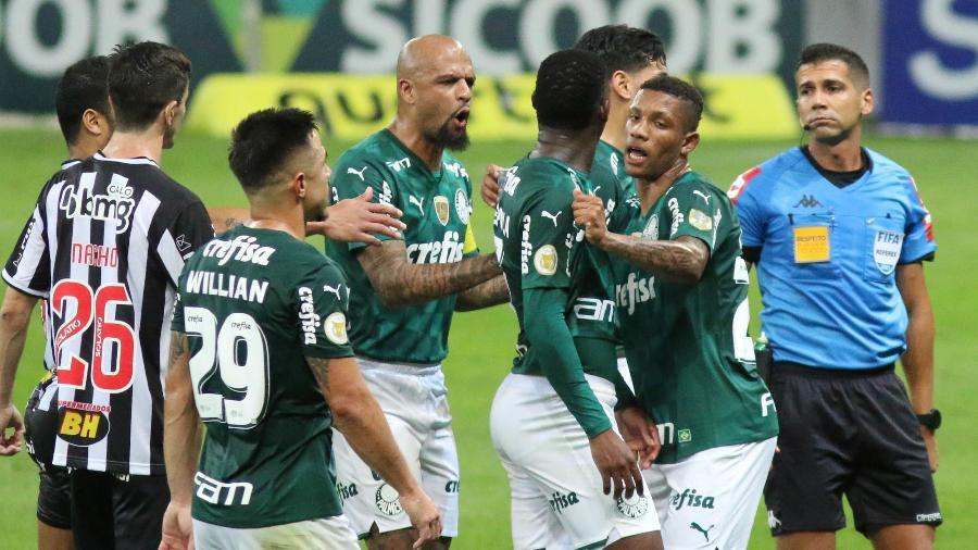 Bruno Arleu de Araújo expulsa Patrick de Paula em Atlético-MG x Palmeiras pelo Brasileirão - Fernando Moreno/AGIF