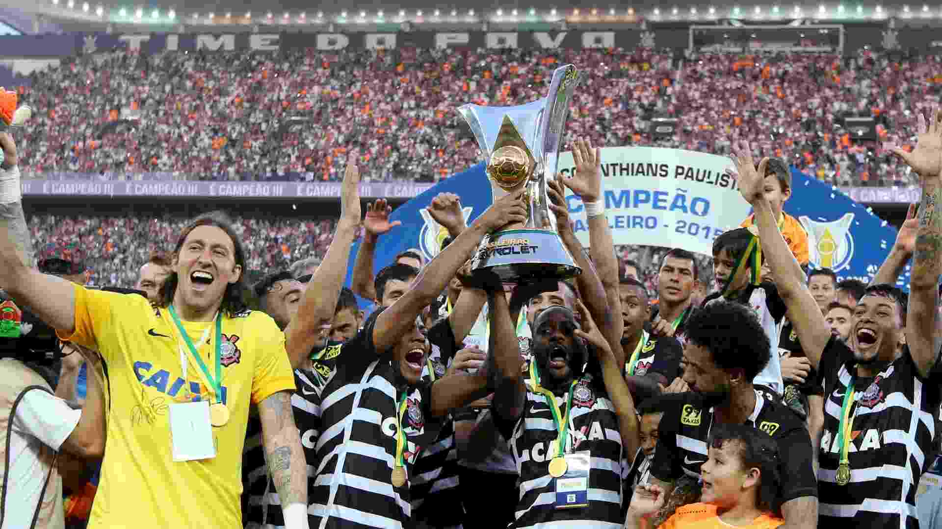 Corinthians levanta taça do Campeonato Brasileiro após golear o São Paulo - REUTERS/Paulo Whitaker