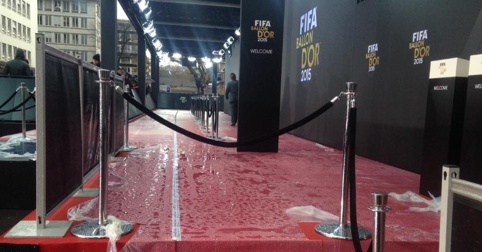 11.jan.2016 - Por enquanto, o maior 'problema' antes da premiação da Bola de Ouro é com a chuva em Zurique