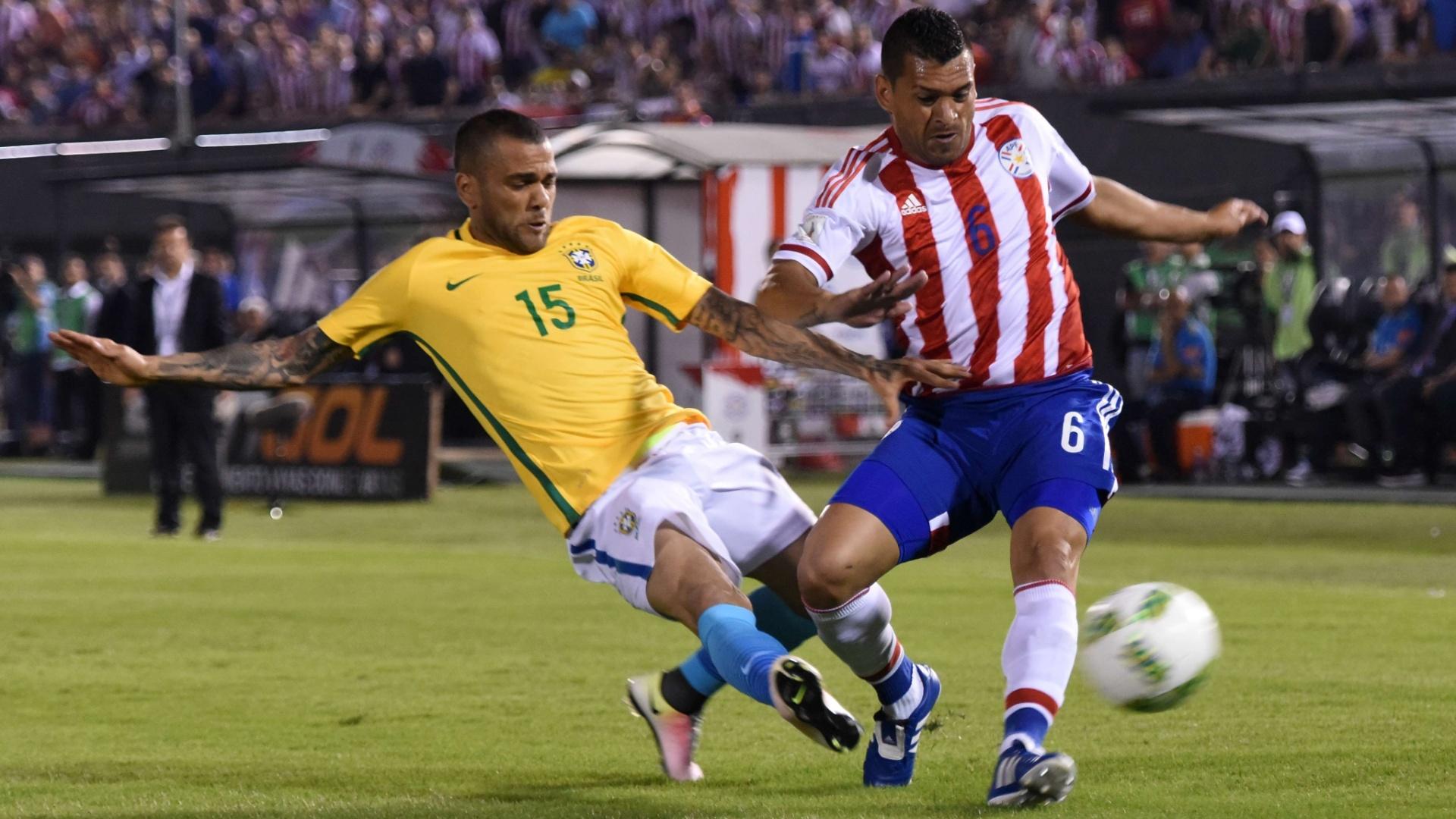 Daniel Alves faz marcação em cima de Samudio no jogo do Brasil contra o Paraguai, nas Eliminatórias