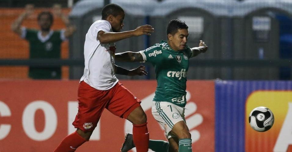 Dudu protege a bola durante a partida entre Palmeiras e Red Bull