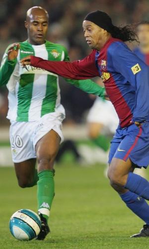 Marcos Assunção e Ronaldinho disputam lance em partida entre Barcelona e Betis pelo Campeonato Espanhol de 2007, em Sevilha