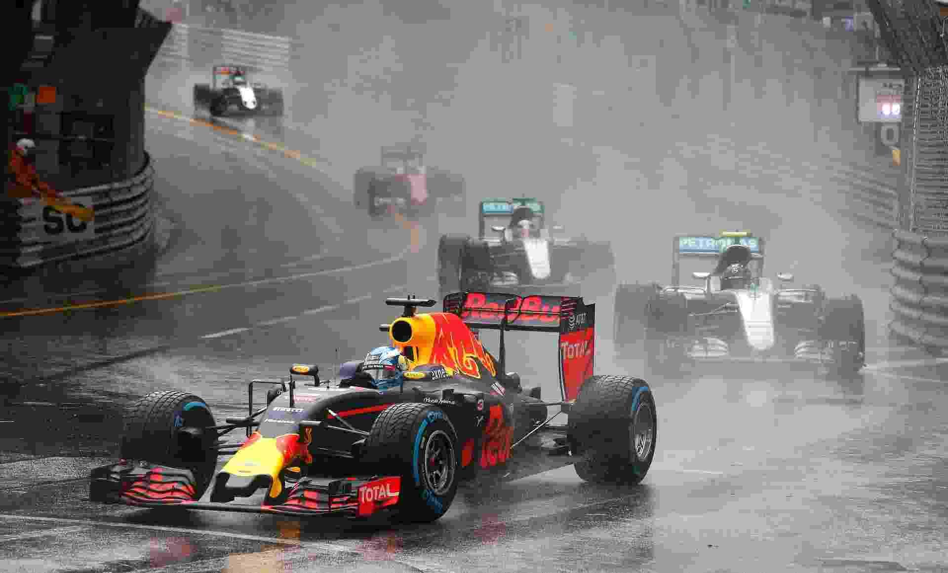 Daniel Ricciardo largou na pole e segurou as Mercedes no começo da prova em Monte Carlo - REUTERS/Eric Gaillard