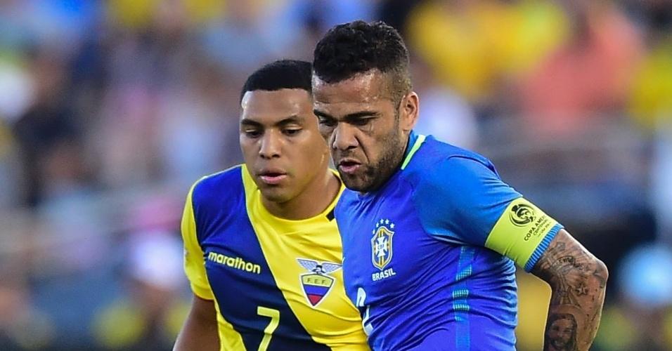Daniel Alves é o capitão do Brasil na partida de estreia na Copa América contra o Equador