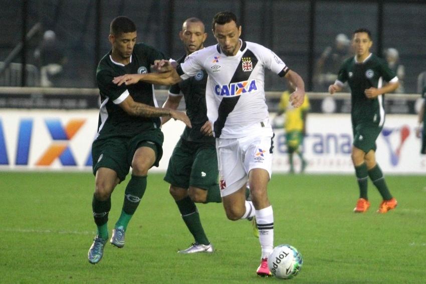 Nene carrega a bola para o Vasco contra o Goiás, pelo Campeonato Brasileiro