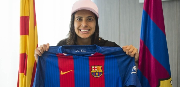Andressa Alves posa com a camisa do Barcelona