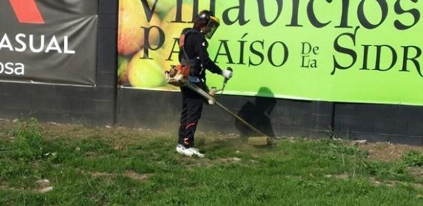 Presidente do Lealtad corta grama do campo antes de jogo do Espanhol