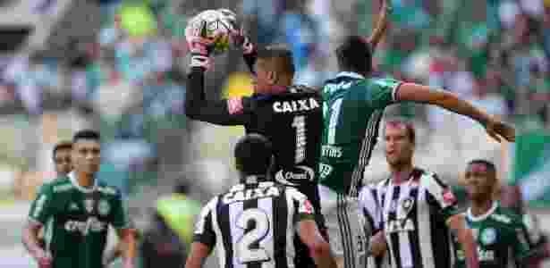 Sidão sai para fazer defesa na partida Palmeiras x Botafogo pelo Campeonato Brasileiro - Friedemann Vogel/Getty Images - Friedemann Vogel/Getty Images