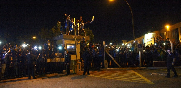 Torcedores do Grêmio aguardaram delegação, que chegou às 5h da manhã