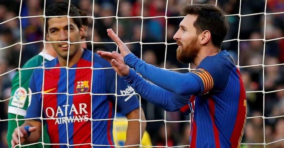 Lionel Messi, atacante do Barcelona, comemora durante o jogo contra o Las Palmas, pelo Campeonato Espanhol, observado de perto por Luis Suárez