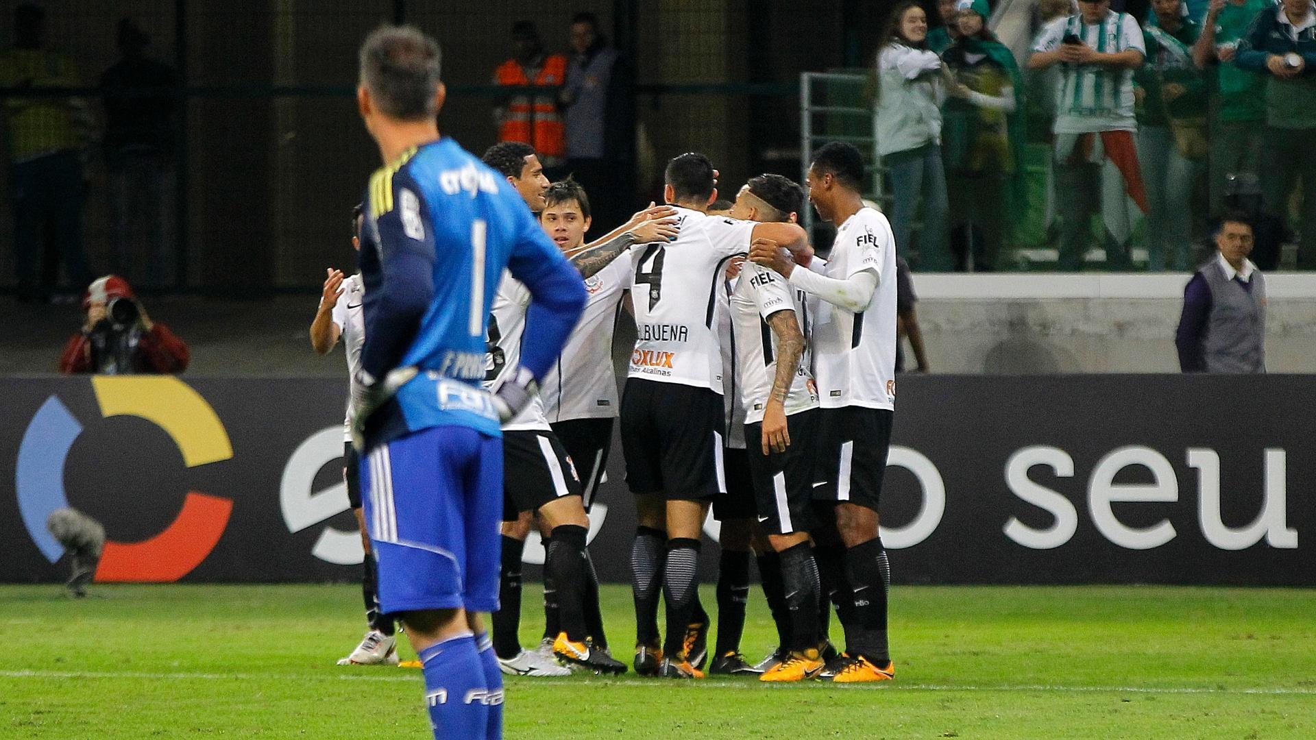 Prass observa jogadores do Corinthians comemorarem vitória no Allianz Parque