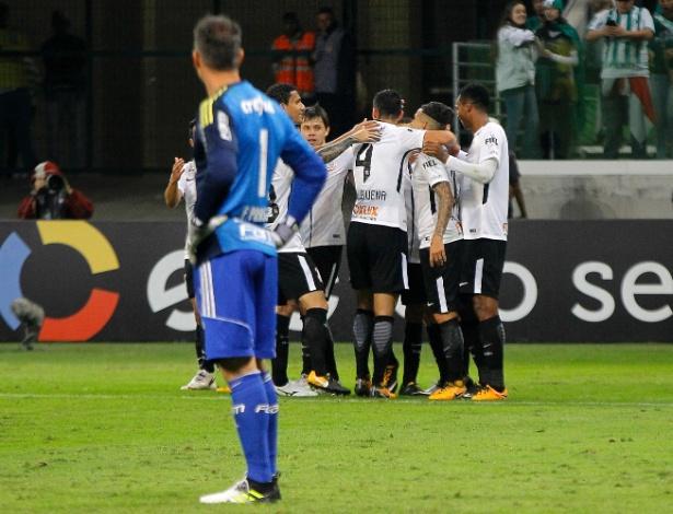 prass observa jogadores do corinthians comemorarem vitoria no allianz parque 1499912691564 615x470 Corinthians, 2 X 0 no Palmeiras. É o super líder!