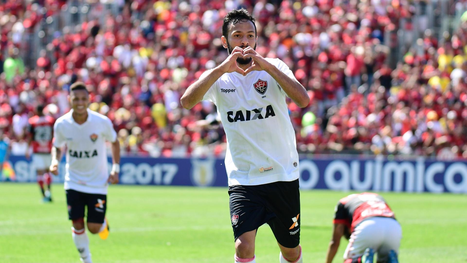 Yago comemora gol pelo Vitória contra o Flamengo