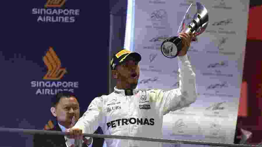 Lewis Hamilton exibe troféu conquistado no GP de Cingapura - AFP PHOTO / MANAN VATSYAYANA