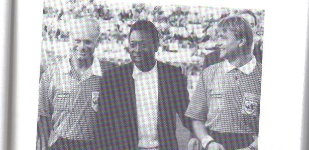 Reprodução do livro com foto de Klein (à esquerda) com Pelé, em 1994