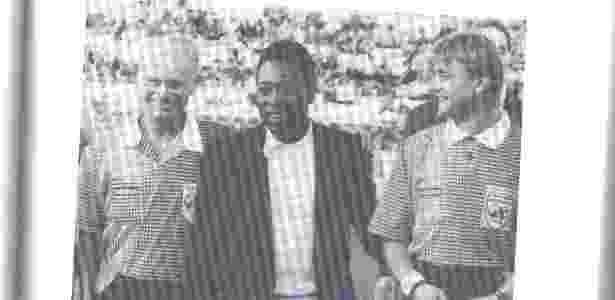 Reprodução do livro com foto de Klein (à esquerda) com Pelé, em 1994 - Reprodução