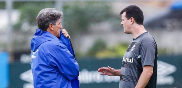 César Bueno (dir) teve conversa com Renato Gaúcho nesta segunda-feira - Lucas Uebel/Grêmio