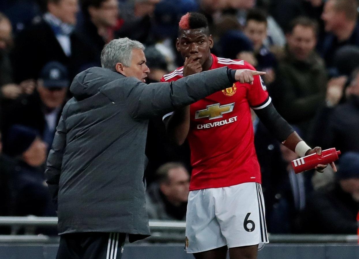 O técnico José Mourinho dá instruções a Pogba em jogo do Manchester United