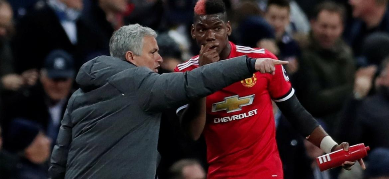 Mourinho (esq) teve fim de passagem conturbado no Manchester United - Reuters/Andrew Couldridge