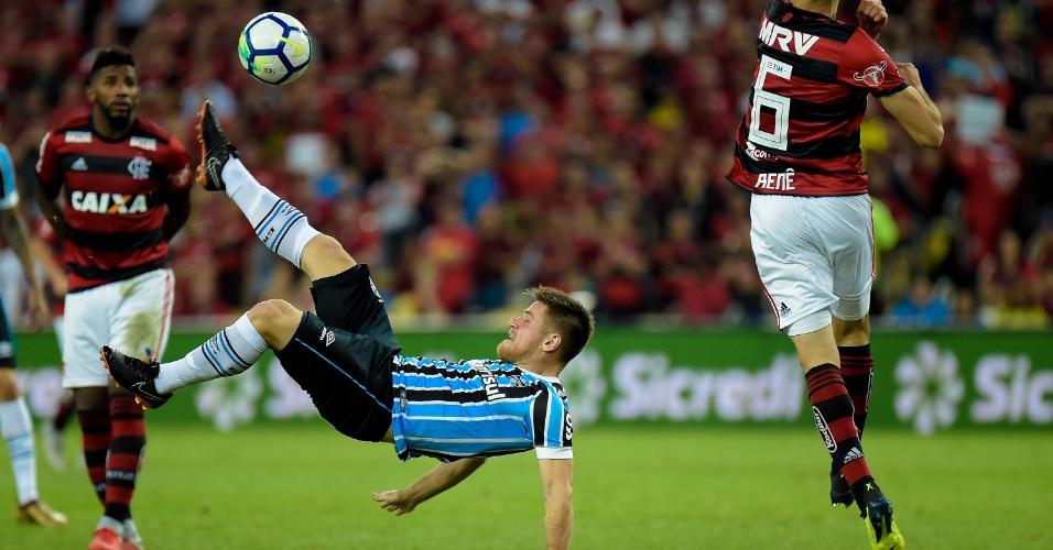 Ramiro tenta bicicleta em jogo entre Flamengo e Grêmio