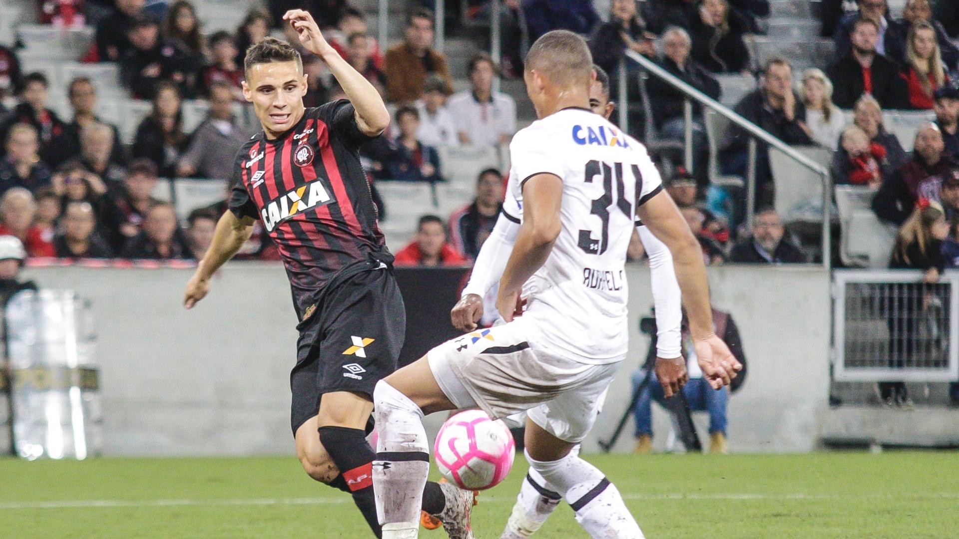Raphael Veiga tenta jogada na frente de Adryelson durante duelo entre Atlético-PR e Sport