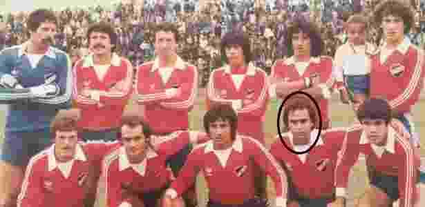 Marcelo posa com o time uruguaio  técnico do Flu jogou no clube em 1983  Imagem  Arquivo pessoal 4a4e3eb34b9ba