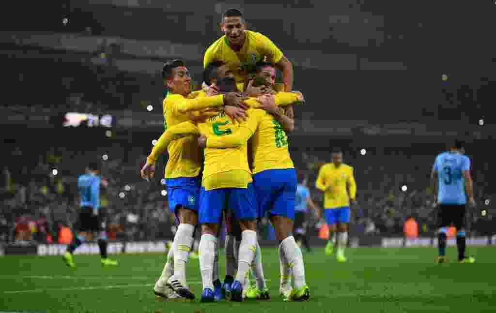 Jogadores da seleção brasileira comemoram gol de Neymar contra o Uruguai - Mike Hewitt/Getty Images