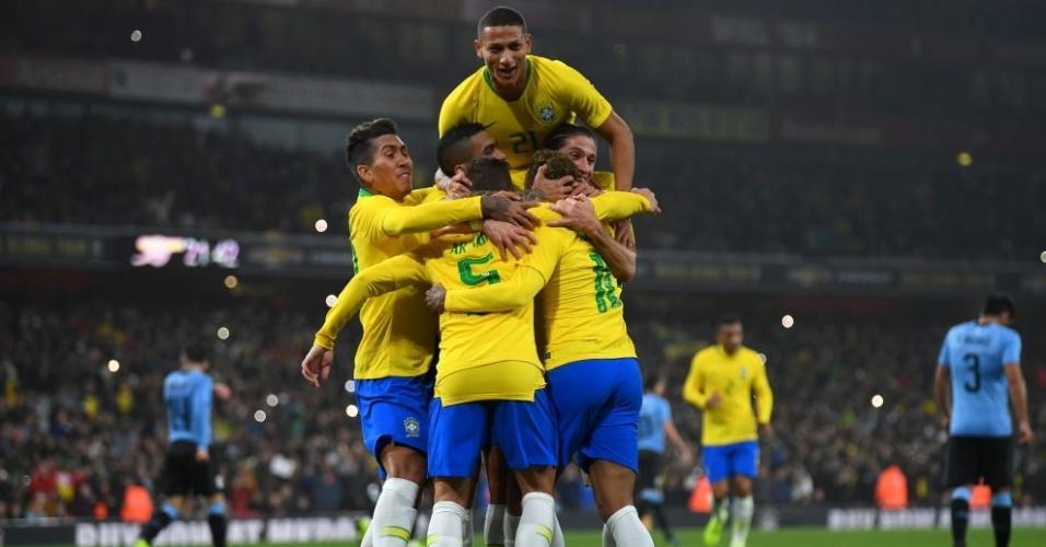 Jogadores da seleção brasileira comemoram gol de Neymar contra o Uruguai