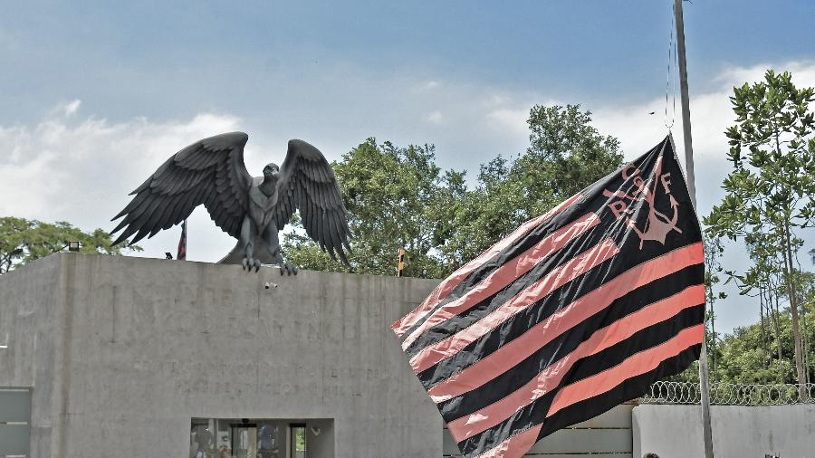 Bandeira do Flamengo a meio mastro em frente ao Ninho do Urubu, CT do clube - Thiago Ribeiro/AGIF