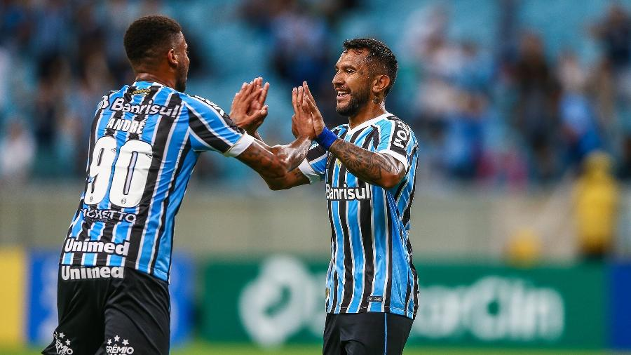 André cumprimenta Montoya após gol do Grêmio sobre o São José - LUCAS UEBEL/GREMIO FBPA