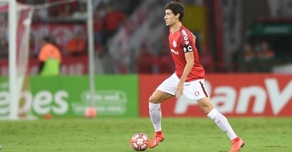 Rodrigo Dourado carrega a bola pelo Internacional contra o Novo Hamburgo