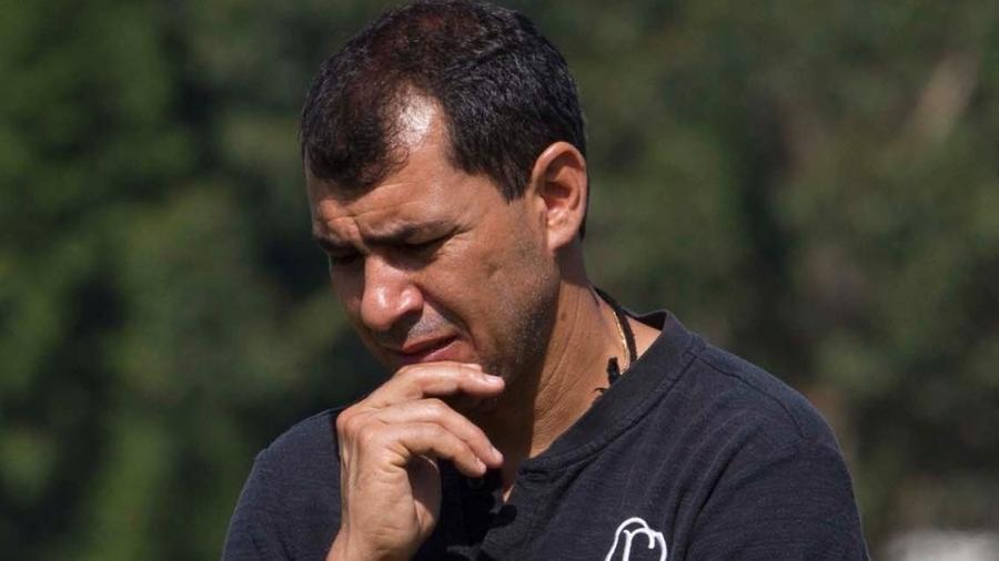 Técnico Fábio Carille pensativo durante treinamento do Corinthians no CT Joaquim Grava - Daniel Augusto Jr/Ag. Corinthians