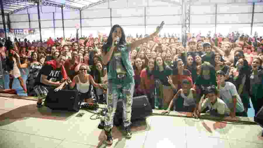A cantora gospel Fernanda Daibert durante show, em foto divulgada em suas redes sociais em 28 de março - Reprodução/Facebook