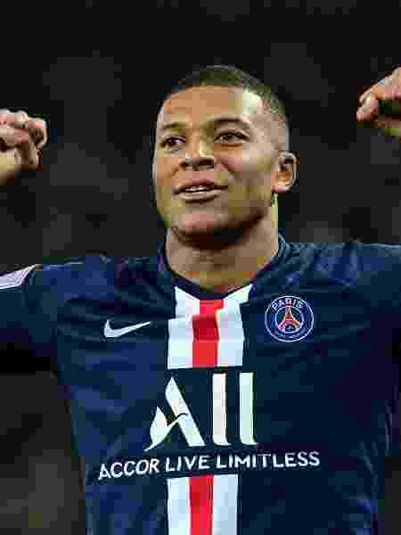 Kylian Mbappe comemora um de seus gols em jogo de PSG contra Olympique - Martin BUREAU / AFP