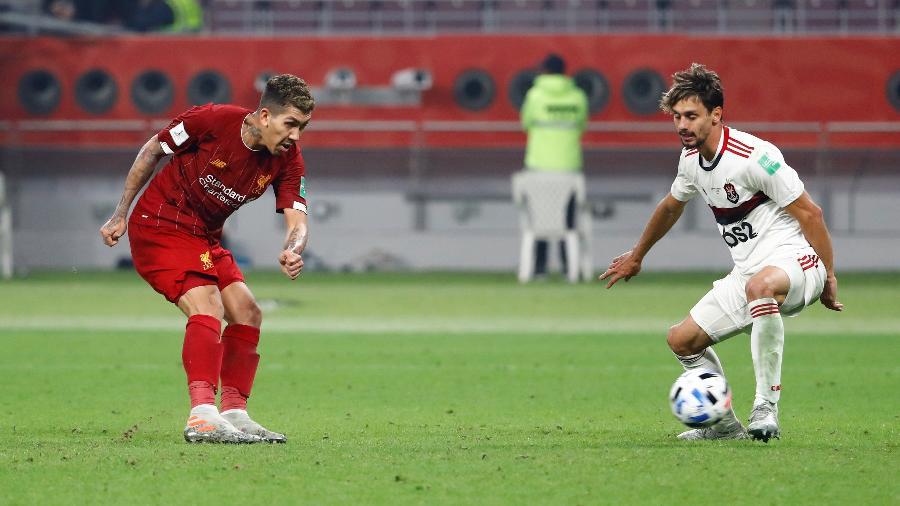Roberto Firmino chuta para anotar o gol da vitória do Liverpool sobre o Flamengo - Kai Pfaffenbach/Reuters