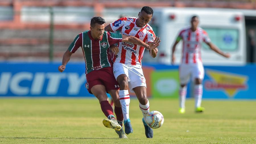 Disputa de bola entre Henrique, do Fluminense, e Juliano, do Bangu, em Moça Bonita (RJ) - Thiago Ribeiro/AGIF