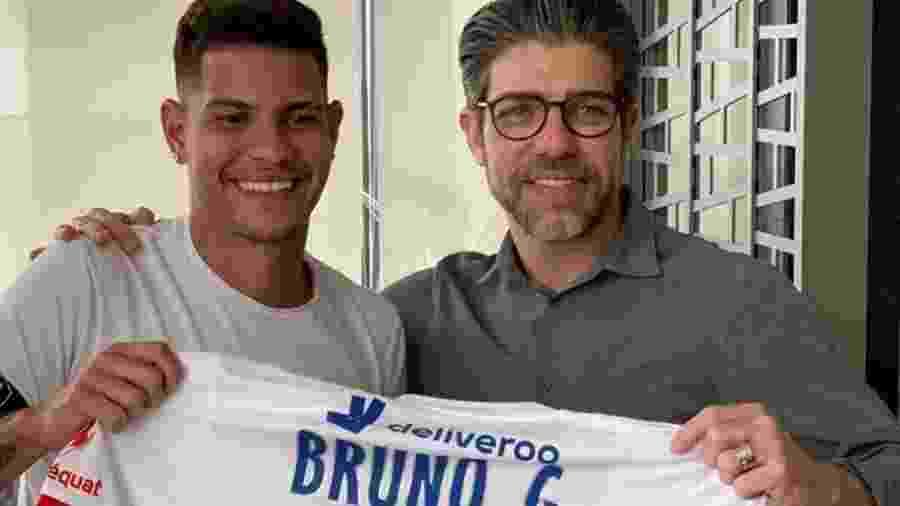 Bruno Guimarães posa com camisa do Lyon ao lado de Juninho Pernambucano  - Divulgação/Lyon