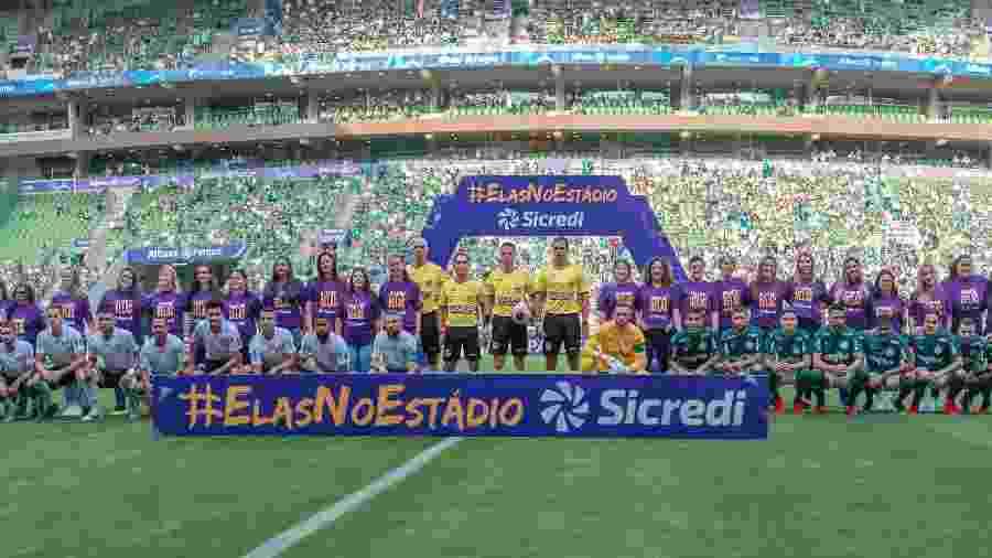 Abertura da partida entre Palmeiras e Ferroviária com ação pelo Dia Internacional da Mulher no Allianz Parque - ANDERSON LIRA/FRAMEPHOTO/FRAMEPHOTO/ESTADÃO CONTEÚDO