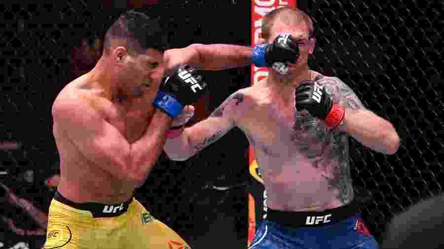 Herbert Burns acerta golpe em Evan Dunham no UFC 250 - Jeff Bottari/Zuffa LLC