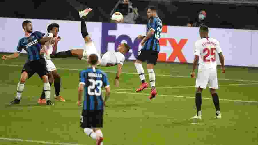 Diego Carlos acerta chute de bicicleta na final da Liga Europa, entre Sevilla e Inter de Milão - Alex Grimm - UEFA/UEFA via Getty Images