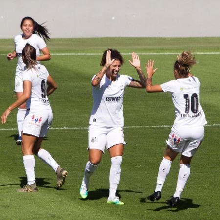 Cristiane e Thais Duarte comemoram gol do Santos sobre o Audax em jogo que marcou o retorno da série A1 do Brasileiro Feminino - Flávio Hopp/Santos F.C.