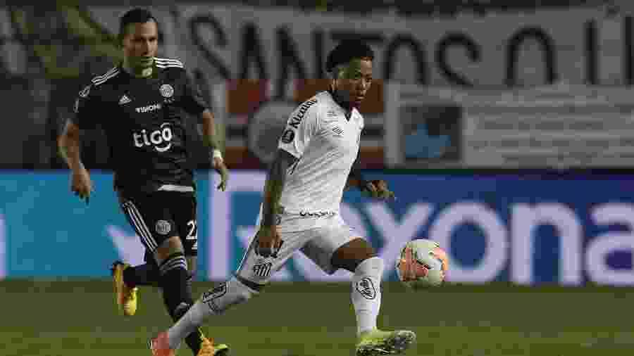 Marinho foge da marcação de Candia durante Santos x Olímpia pela Copa Libertadores - Amanda Perobelli - Pool/Getty Images
